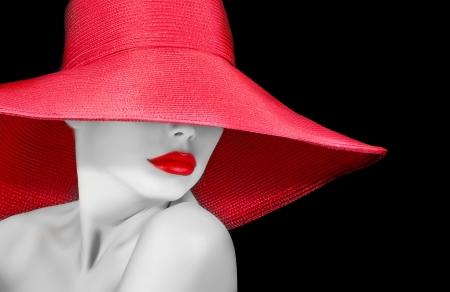 gezicht van een mooie vrouw in hoed met rode lippen zwart en wit