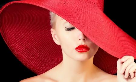 labios rojos: glamour hermosa mujer de sombrero rojo con labios rojos