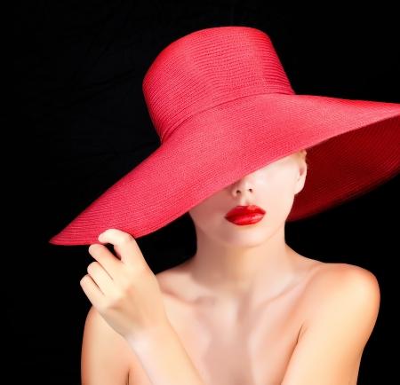 rote lippen: Portrait der attraktiven Frau im roten Hut mit roten Lippen