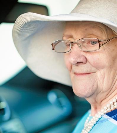 senior vrouw in een auto close-up portret