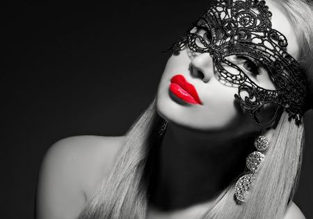 labios rojos: clase de la señora con los labios rojos en blanco y negro retrato