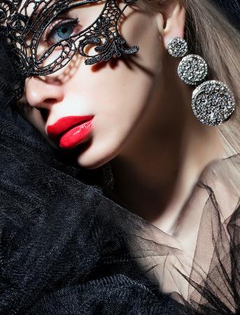 fantasy makeup: Retrato de fantasía de una hermosa mujer joven