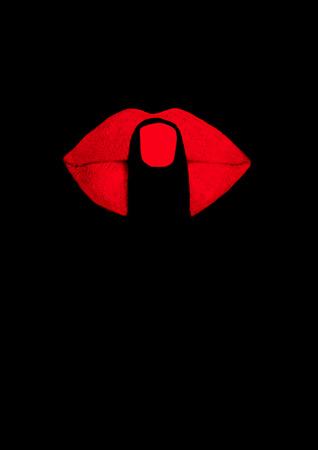 vinger op rode lippen op zwarte achtergrond
