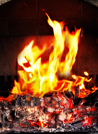brand in open haard close up foto