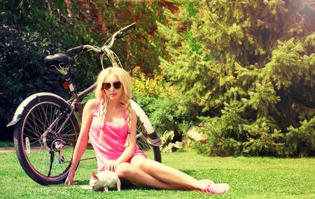 blonde meisje met chihuahua in het park met een goede tijd Stockfoto