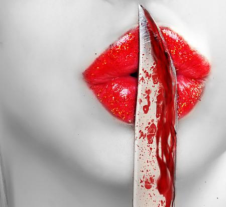 zdradę: nóż na ustach. Zdjęcie Seryjne