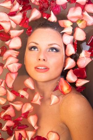 10264496-hermosa-mujer-joven-en-el-agua-de-ba%C3%B1o-de-p%C3%A9talos-de-rosa-.jpg?ver=6