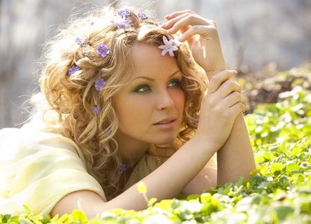 彼女の髪に若い女の子と春を花します。 写真素材