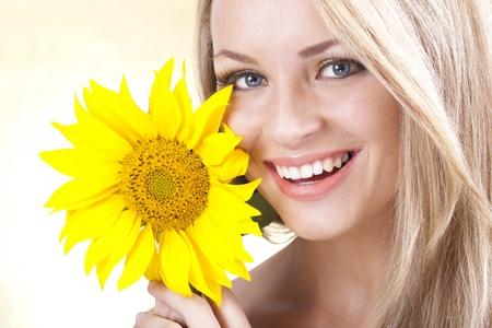 femmes souriantes: Jeune fille blonde de