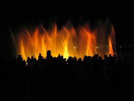 Night-Club Partei, die Leute in der Nähe von Brunnen in der Nacht  Standard-Bild - 3295989