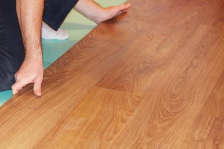 Worker installieren neuen lamellenförmig angeordneter Bodenbelag Standard-Bild - 8359543