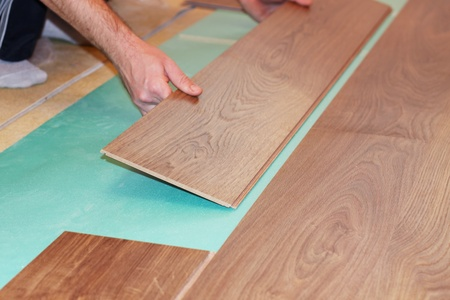 Worker installieren neuen lamellenförmig angeordneter Bodenbelag Standard-Bild - 8359542