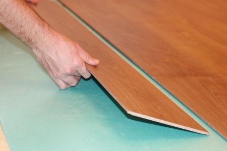 Worker installieren neuen lamellenförmig angeordneter Bodenbelag Standard-Bild - 8359545