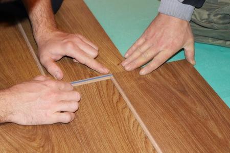 Worker installieren neuen lamellenförmig angeordneter Bodenbelag Standard-Bild - 8359554