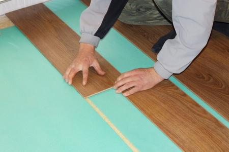 Worker installieren neuen lamellenförmig angeordneter Bodenbelag Standard-Bild - 8359553