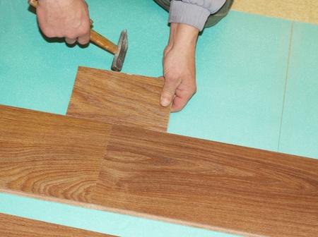 Worker installieren neuen lamellenförmig angeordneter Bodenbelag Standard-Bild - 8359557