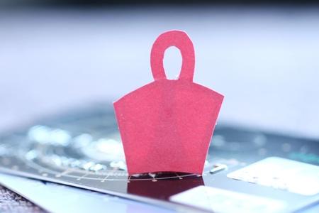 Papier shopping Cart Zeichen auf Kreditkarten Standard-Bild - 9026509