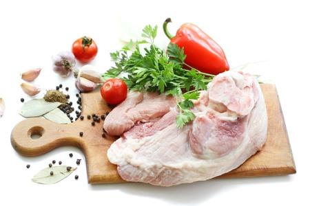 Rohem Fleisch und verschiedenen Gewürzen auf Holzbrett Standard-Bild - 10483662