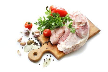 Rohem Fleisch und verschiedenen Gewürzen auf Holzbrett Standard-Bild - 10483658