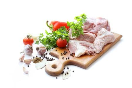 Rohem Fleisch und verschiedenen Gewürzen auf Holzbrett Standard-Bild - 10483659