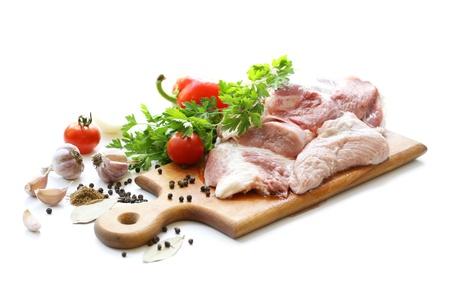 Rohem Fleisch und verschiedenen Gewürzen auf Holzbrett Standard-Bild - 10483657