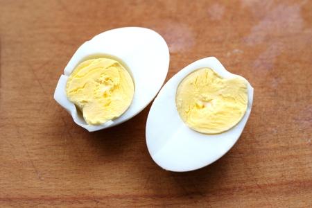 Zwei Scheiben gekochtes Ei, gekocht Standard-Bild - 12198604