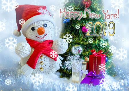 snowman with a gift on a background with Christmas trees, snow falls Imagens