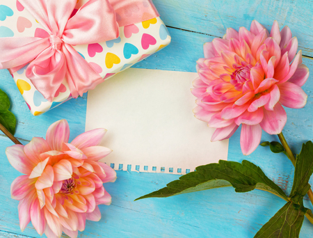 summer background. dahlias and a canvas on a blue wooden background. art. space for a text Stockfoto