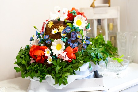 wedding bread in the Ukrainian tradition, with field flowers and swans on the table 스톡 콘텐츠