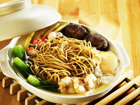 claypot of fresh prawn noodles
