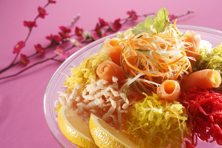 yusheng  for the chinese new year on the pink background Standard-Bild