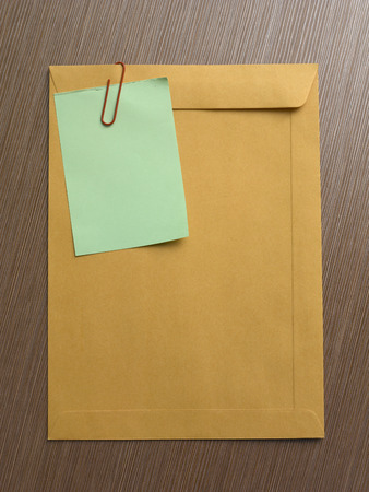 note on the big brown envelop on the table top 版權商用圖片 - 117872219
