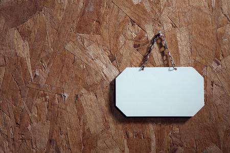 Metallbeschilderung mit Schnur auf dem Texturholz