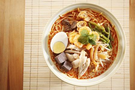 Vista dall'alto della ciotola di cibo malese del noodle al curry Archivio Fotografico