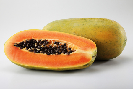 close up of the papaya on the plain background 版權商用圖片