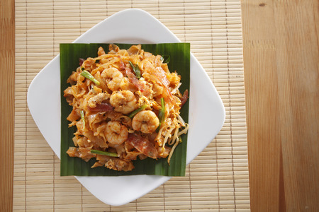 malaysian famous food Penang fried kuey teow on square plate 免版税图像 - 118513253
