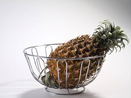 Single pineapple fruit isolated on plain background Standard-Bild - 117638982