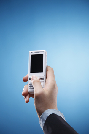 Human hand holding a cell phone. Stockfoto - 117757296