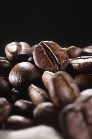 Close-up of coffee beans in a sack Foto de archivo - 117836708