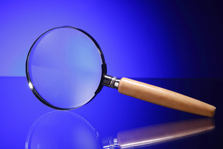 Magnifying glass on  blue background 免版税图像 - 117839335