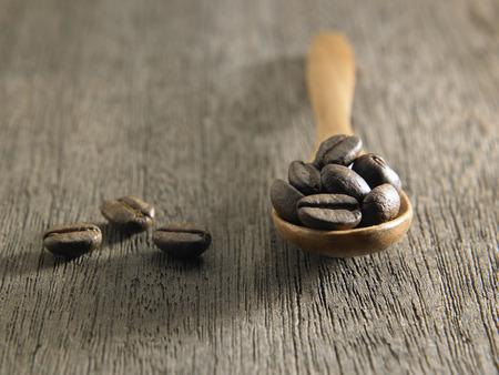 Coffee beans in wood spoon Foto de archivo - 117837680