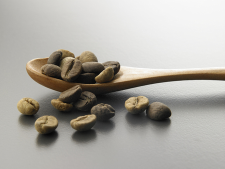 Coffee beans with wooden spoon Foto de archivo - 117837609