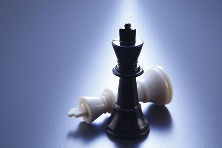 rois des échecs sur fond bleu Banque d'images