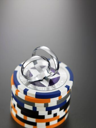 wedding ring on top of gamble chips Imagens