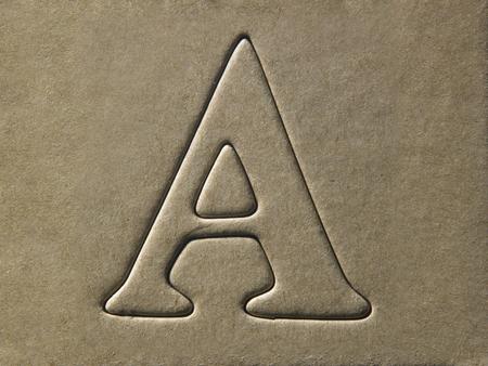 troquelado alfabeto A en el cartón marrón