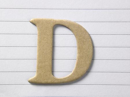 primo piano dell'alfabeto d su un libro a riga singola