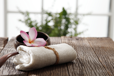 frangipani flower ,hand towel and coconut shell with handle Banque d'images