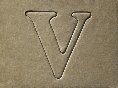 troquelado alfabeto v en el tablero de cartón marrón