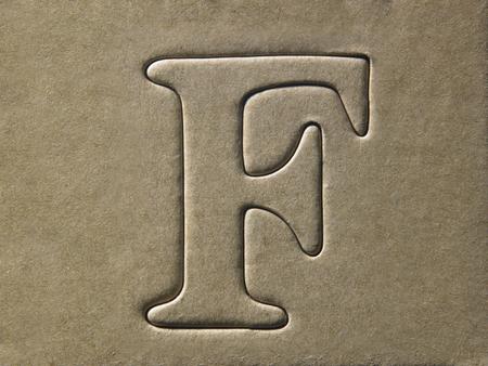 alfabeto fustellato sul cartoncino marrone