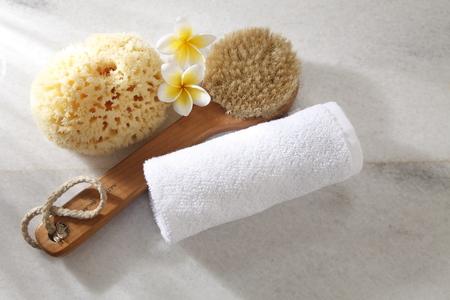 vue de dessus de l'éponge, de la brosse, de la serviette et de la fleur